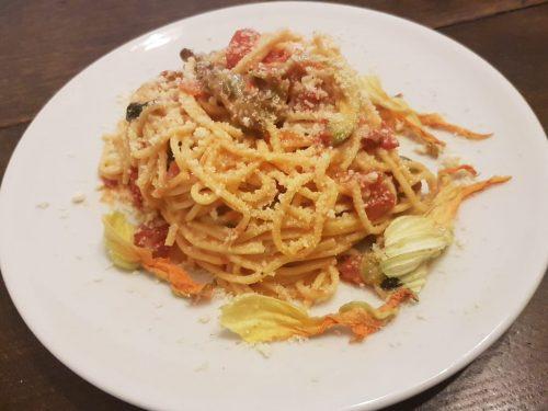 Spaghetti alla chitarra con fiori di zucca e pomodorini pachino