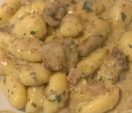 gnocchi con funghi, pancetta e crema di tartufo bianco